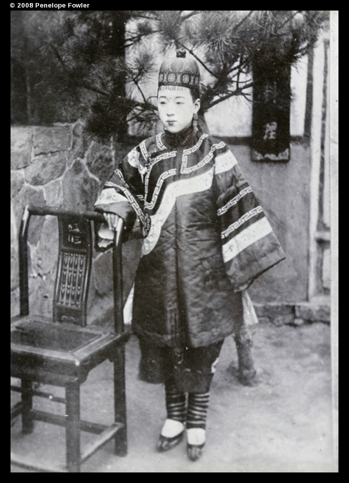Woman with bound feet c1902 (boundfeet1902) http://visualisingchina.net/#hpc-ru01-057