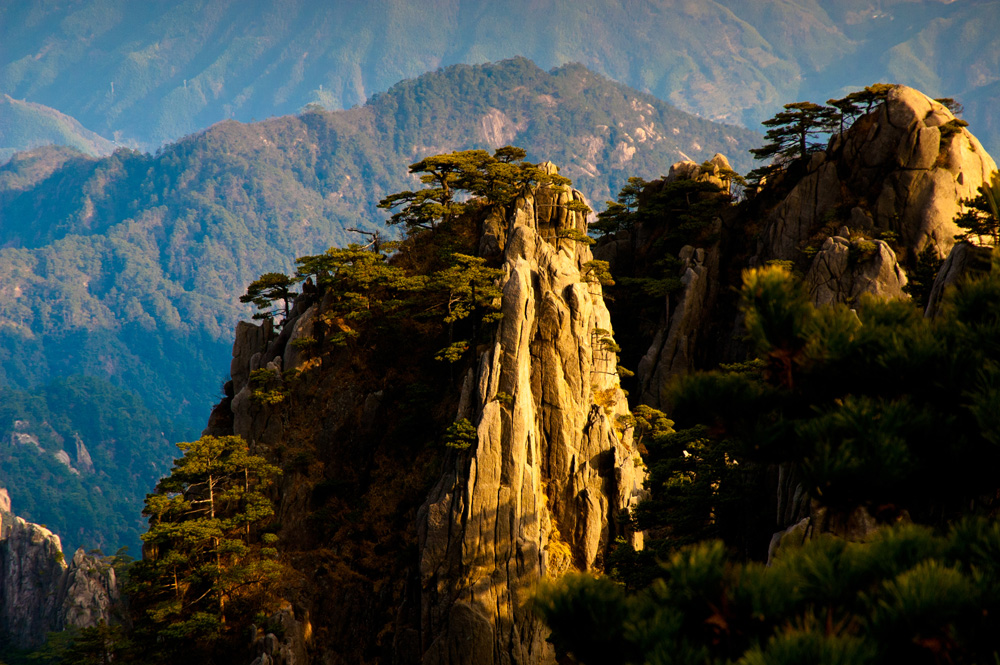 shutterstock_133659371 Anhui, Huangshan Sunsets,rocks and trees