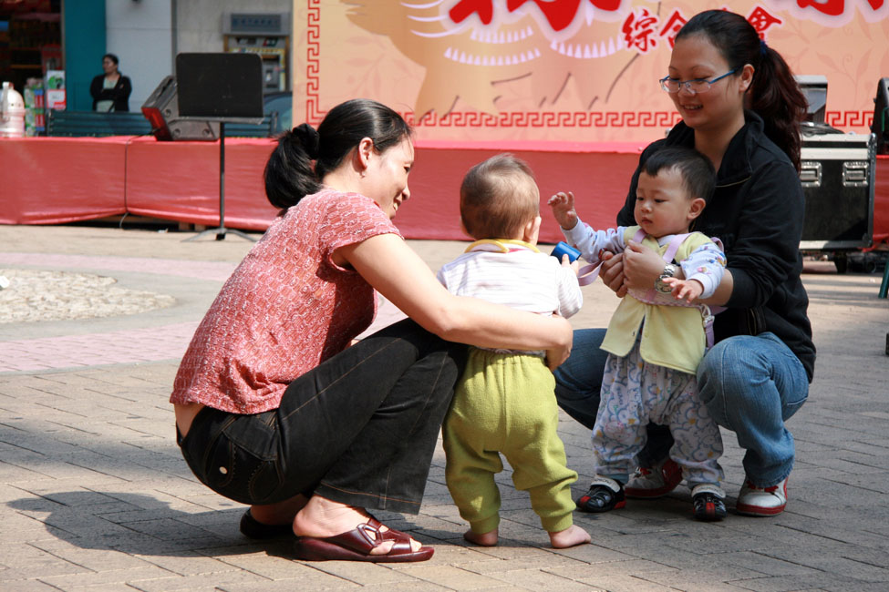 shutterstock_9654328 Macau, 2 kids with their moms